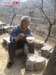 山区老人的简单生活